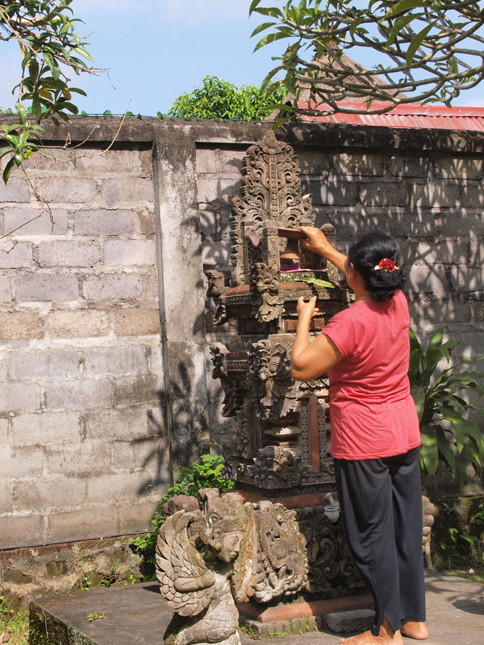 P9300947-Offer-bij-huis-tempel-Bali.jpg
